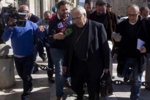 El arzobispo a su salida del juicio.