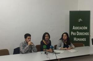 El autor del artículo, J.A Imbernón, junto a Natalia García y Myriam Jurado, de la APDHA en Granada.