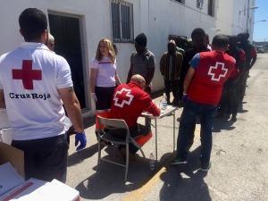 Voluntarios y voluntarias de Cruz Roja atienden a las personas inmigrantes rescatadas.