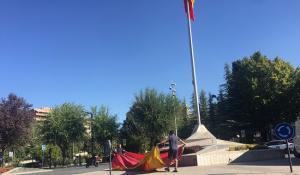 Operarios proceden al cambio de la bandera.