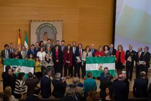 Foto de familia de los galardonados con la consejera y el equipo de delegados de la Junta.