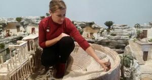 La artista Mayka Gómez coloca piezas en el belén.