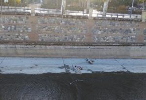 Bicis tiradas al río junto a Puente Verde.