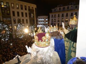 Los Reyes Magos en el balcón del Ayuntamiento de Granada.