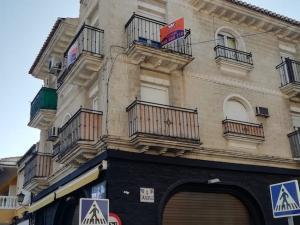 Calle Jardines de Armilla, con carteles de venta.