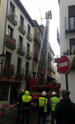 Técnicos trabajan ya este viernes en el edificio en riesgo de derrumbe para adoptar las medidas de seguridad.