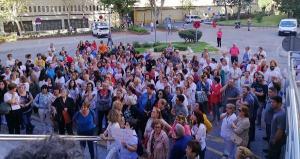 Concentración este lunes a las puertas del edificio de gobierno del Virgen de las Nieves por el cierre de camas.