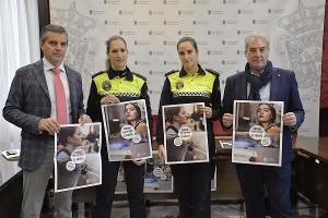 César Díaz y José Antonio Huertas con dos policías locales en la presentación de la campaña.