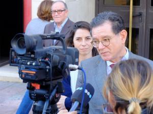 Carlos Castresana atiende a los medios de comunicación.