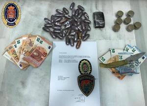 Droga y dinero intervenido a los detenidos.
