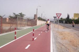 Un ciclista pasa por el nuevo vial.