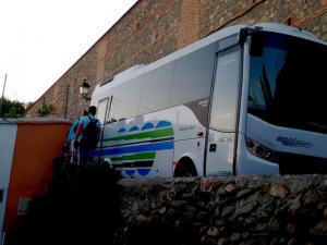 La pareja tuvo que subir al muro para esquivar al autobús.