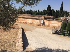 Tapia del cementerio de Granada, junto al que se levantará el Memorial.