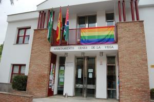 La bandera arcoíris, en la fachada del Ayuntamiento.