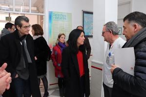 La europarlamentaria, en su visita al centro de salud de Cartuja con el Defensor y el portavoz de la confluencia.