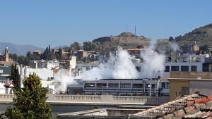 La revisión programada de calderas ha generado el vapor de agua que se ha podido ver en la fábrica.
