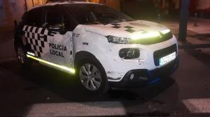 Uno de los vehículos policiales dañados en la persecución.
