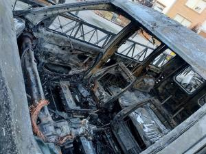Imagen de uno de los vehículos calcinados.