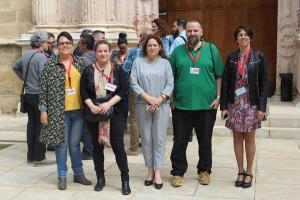 María del Carmen Pérez, en el Parlamento, con representantes de los padres y madres del centro.