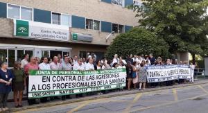 Concentración a las puertas del Centro de Especialidades de Cartuja.