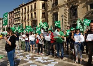 Concentración de delegados y delegadas de CSIF en Plaza Nueva para reclamar medios que garanticen el funcionamiento de los nuevos juzgados especializados sobre cláusulas suelo, advirtiendo del colapso si no se dotan de manera razonable.