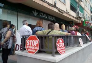 Concentración en la puerta de la sucursal en la antigua Ctra. de Málaga.