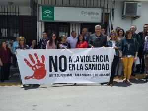 Concentración contra la agresión sufrida por una médica en Moreda.