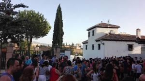 Numerosas personas se han reunido en torno a la Mezquita para lanzar un mensaje de tolerancia.