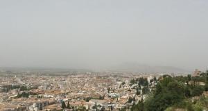 Calima que se podía observar sobre Granada y su área metropolitana el pasado jueves.