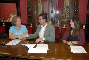 El alcalde con la representante de Prohábitat y la edil Jemi Sánchez.