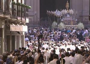 La Custodia saliendo de la Catedral.