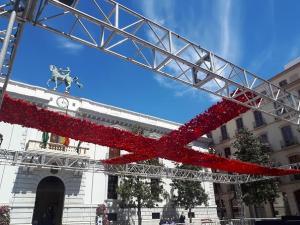 Montaje de la cruz en la Plaza del Carmen.