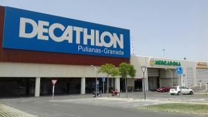 Instalaciones de Decathlon en Pulianas tras su cierre esta tarde.