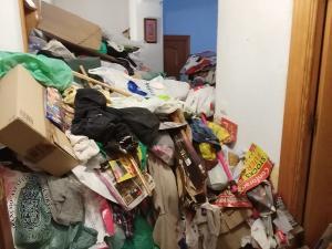 La basura impedía el normal acceso a la vivienda e incluso en algunas habitaciones se quedaba a escasos centímetros del techo.