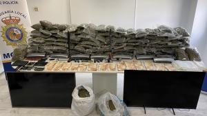 Droga, dinero y armas intervenidas en la operación.