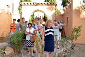 La alcaldesa acompaña a los primeros visitantes.