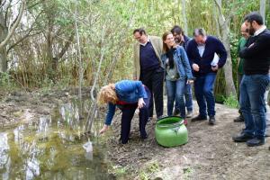 La alcaldesa de Motril, Flor Almón, suelta peces fartet en el agua.