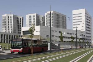 Un autobús de la SN4 junto a la Facultad de Medicina, en el PTS.