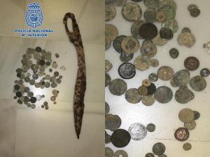 Monedas antiguas y una falcata requisadas.