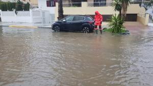 El agua inunda la Rambla de Caballero.