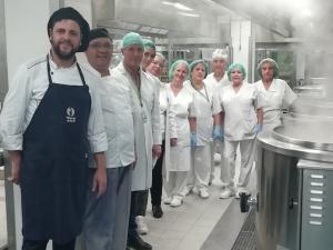 El chef, junto a los profesionales del Virgen de las Nieves.