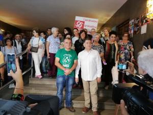 Mario Picazo y Manuel Martín, acompañados por vecinos y vecinas de la Zona Norte antes de comenzar su encierro.
