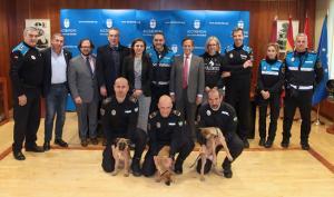 Entrega de los tres cachorros a la Policía Local de Granada.