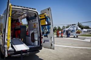 Ambulancia del 061 y helicóptero.