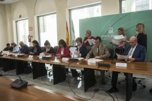 Junta, ayuntamientos y Diputación renuevan el convenio de atención a menores.