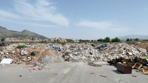 Escombros depositados por el camión.