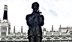 Escultura de Federico García Lorca en la Plaza Santa Ana de Madrid, con el Teatro Español al fondo.