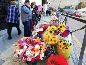 Flores, a las puertas del acceso a la cripta.