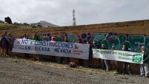 Concentración en el solar donde está previsto el centro de visitantes, en la Hoya de la Mora