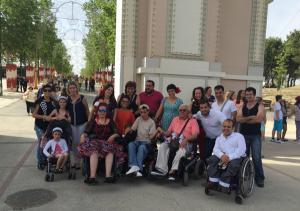 Miembros de La Ciudad Accesible, a la entrada del ferial.